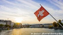 A Swiss flag flies in the sunset in Geneva, Switzerland (picture-alliance/robertharding)