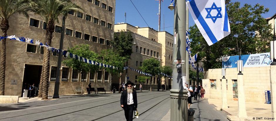 Na rua Jaffa, em Jerusalém, bandeiras são penduradas em preparação para as comemorações do jubileu israelense