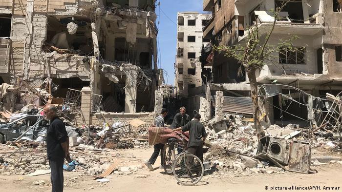Syrien-Konflikt Duma Ruinen (picture-alliance/AP/H. Ammar)