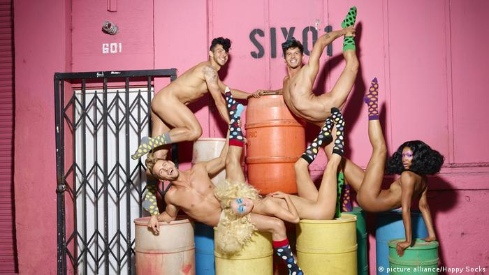 Naked models in unusual poses with colorful socks (photo: picture alliance/Happy Socks)