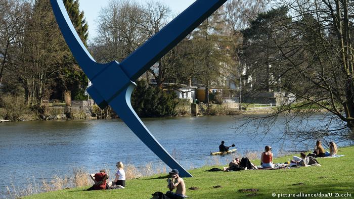 Pickaxe sculpture beside the river (picture-alliance/dpa/U. Zucchi)