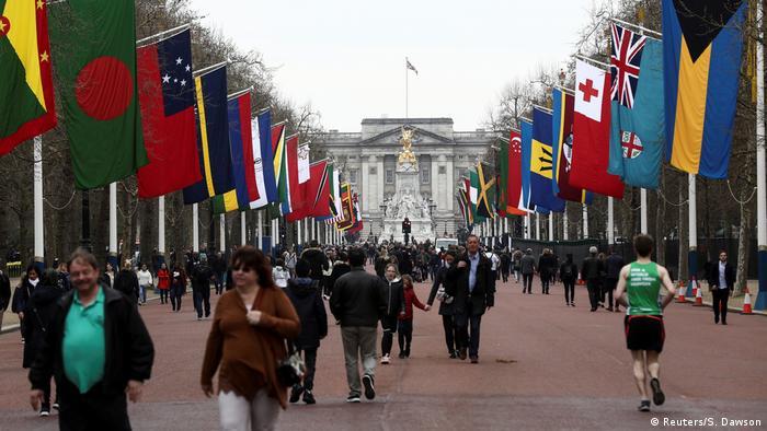 Bandeiras dos países da Commonwealth em frente ao Palácio de Buckingham. No futuro, veremos a bandeira angolana entre elas?