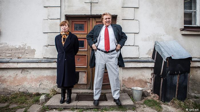 goEast Festival - still from film 'Miracle' shows a couple in front of a dilapidated house (goEast)