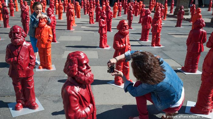 500 red figures in the shape of Karl Marx (picture-alliance/dpa/O. Dietze)