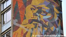 06.05.2014 Ein Wandbild an einem Hochhaus im Plattenbaugebiet Halle-Neustadt in Halle (Saale) (Sachsen-Anhalt) zeigt am 06.05.2014 Karl Marx. Vor 50 Jahren, am 15. Juli 1964, wurde der Grundstein für das Neubaugebiet gelegt. Einst als Chemiearbeiterstadt errichtet, lebten in Hochzeiten über 90.000 Menschen in der Stadt, die einst eigenständig war und zum Bezirk Halle gehörte. Foto: Hendrik Schmidt/ZB | Verwendung weltweit