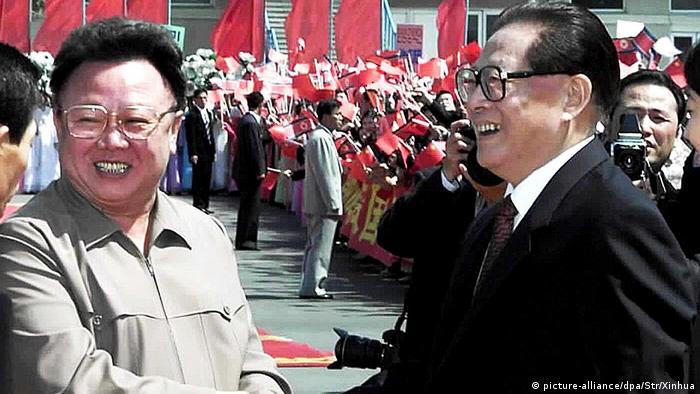 Nordkorea Besuch Jiang Zemin und Kim Jong Il in 2001 (picture-alliance/dpa/Str/Xinhua)