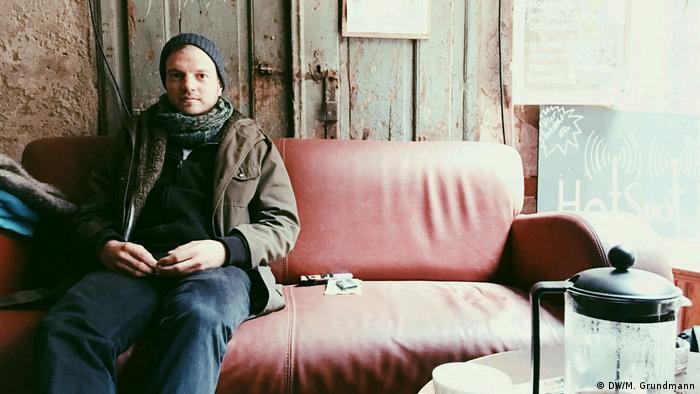Café Hotspot Johannes sitzt auf einem Sofa