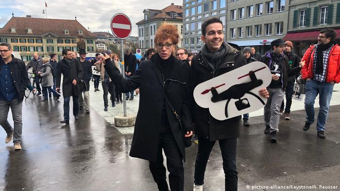 Author Sibylle Berg (L) and political activist Dimitri Rougy (R) kicked of the campaign at a rally in Bern (picture-alliance/Keystone/A. Reusser)