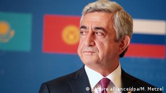 Armenien Ex-Präsident Sarkissjan trotz Protest zum Regierungschef gewählt