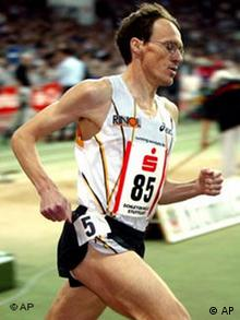 Dieter Baumann bei einem Leichtathletik-Meeting 2002 in Stuttgart (AP Photo/Daniel Maurer)