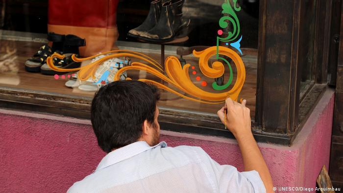(Foto: Filete o fileteado: künstlerischer Malstil mit stilisierten Linien, Blumen und Ranken aus Buenos Aires, Argentinien Immaterielles Kulturerbe, UNESCO. Foto©: Diego Arquimbau, 2014. Web UNESCO).