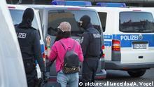 18.04.2018, Nordrhein-Westfalen, Bonn: Polizisten überprüfen Personalien im Rotlichtmilieu. Mit einer groß angelegten Razzia geht die Bundespolizei gegen Organisierte Kriminalität vor. Es handele sich um die größte Zugriffs- und Durchsuchungsmaßnahme seit Bestehen der Bundespolizei, teilten mehrere Direktionen am Mittwochmorgen über Twitter mit. Foto: Axel Vogel/dpa +++(c) dpa - Bildfunk+++ | Verwendung weltweit