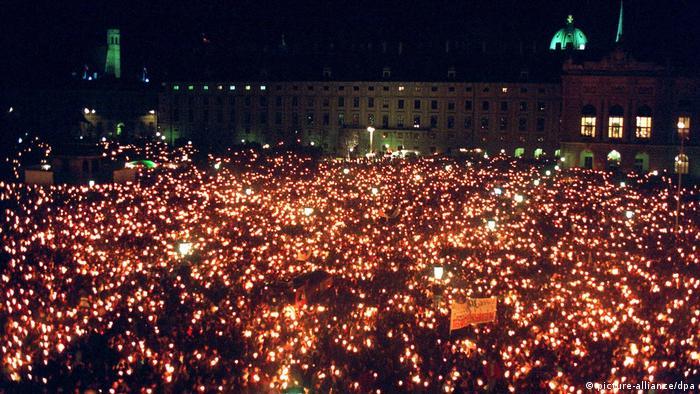 Demonstrata të të gjitha llojeve zhvillohen në sheshin poshtë ballkonit, të tilla si kjo në vitin 1993 kundër ksenofobisë.