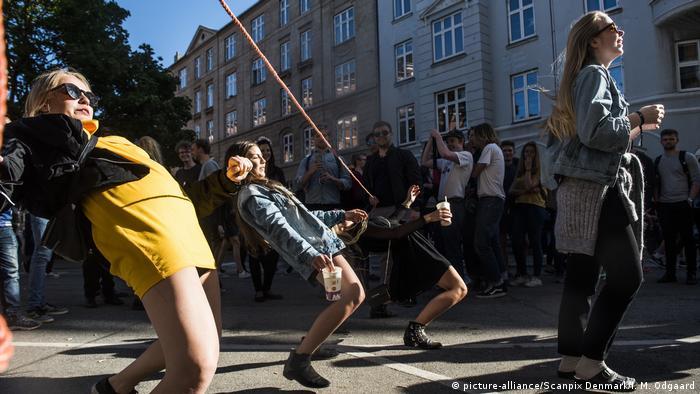 Diamarqueses dançam em plena rua em um festival em Copenhagen. A Dinamarca se tornou o primeiro país da União Europeia livre de quaisquer restrições relacionadas à pandemia do novo coronavírus. Após 548 dias com restrições e graças a alta taxa de vacinação, os dinamarqueses voltam gradativamente à normalidade. Mais de 80% da população acima de 12 anos está totalmente imunizada, ou seja, 73% da população de 5,8 milhões de habitantes. (10/09)