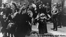 Räumung Warschauer Ghetto 1943 (picture-alliance/AP Photo)