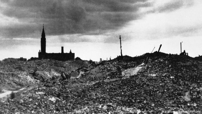 Warsaw Ghetto 1943, a scene of complete destruction (picture-alliance/AP Photo)