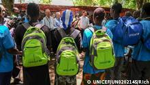 Ehemalige Kindersoldaten tragen knallfarbene UNICEF-Rucksäcke. © UNICEF/UN0202145/Rich Quelle: https://www.unicef.de/informieren/aktuelles/presse/2018/suedsudan-200-kindersoldaten-frei/163842