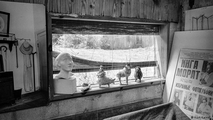 Sculptures on the window sill at Inge Morath and Arthur Miller's estate (Kurt Kaindl)