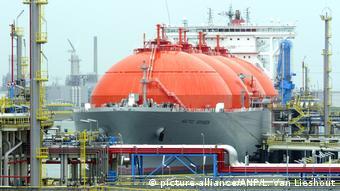 Танкер с СПГ в порту Роттердама