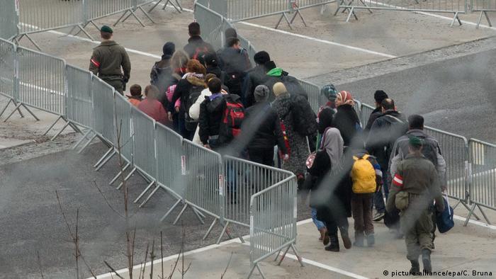 Austrijski graničari i izbeglice na granici sa Slovenijom (februar 2016)
