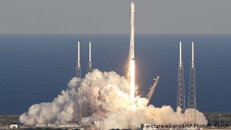 USA Cape Canaveral Rakete mit TESS Satellit (picture-alliance/AP Photo/J. Raoux)