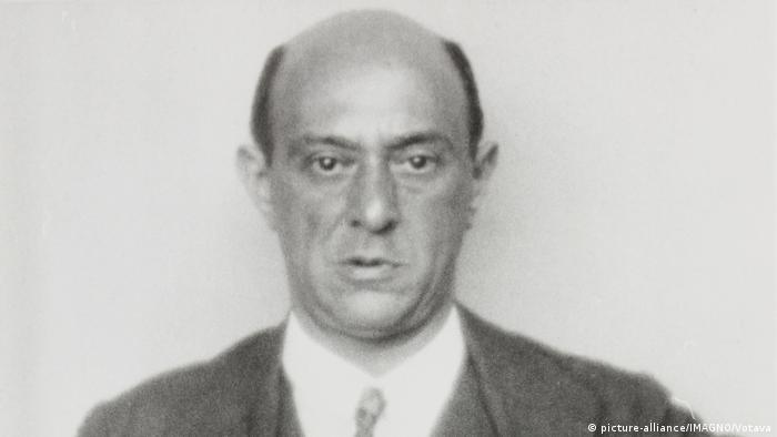 El compositor judío Arnold Schönberg (en la imagen) emigró a Estados Unidos en 1933. En 1947 escribió una pieza de tan solo siete minutos de duración: El superviviente de Varsovia, una de las obras musicales más representativas del Holocausto. El texto se basa en testimonios de un testigo de lo ocurrido en el gueto de Varsovia, el que da el título a la pieza.