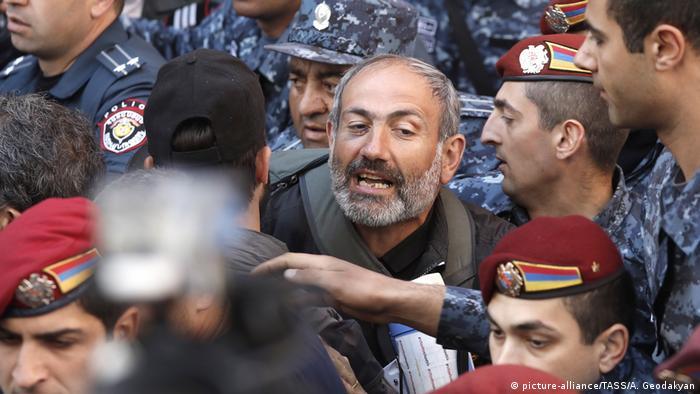 В Єревані затримано більш ніж 160 осіб , причетних до «бархатної » революції