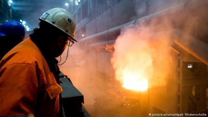 Los principales institutos económicos de Alemania rebajaron hoy su previsión de crecimiento de la mayor economía europea del 2,2% pronosticado en primavera a un 1,7%. Entre otras cosas, por repunte del proteccionismo. (27.09.2018).