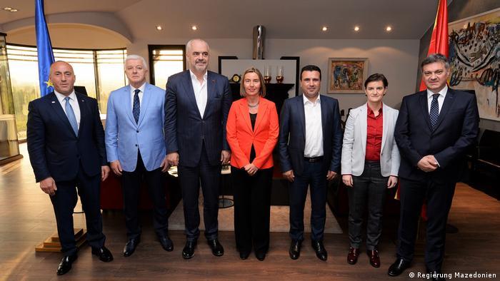 Federika Mogerini (u sredini) s balkanskim liderima