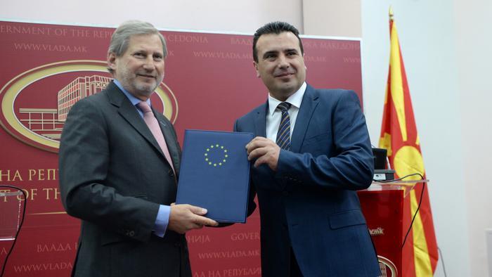 EU-Kommisar Johannes Hahn mit mazedonischem Ministerpräsidenten Zoran Zaev