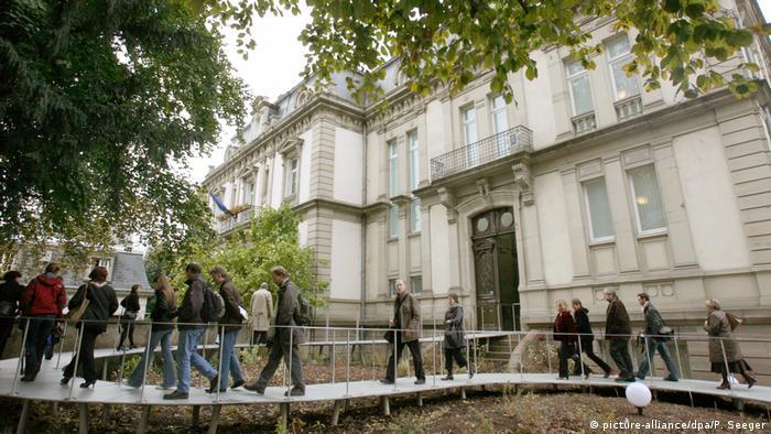 Menschen vor Museum (Foto: picture-alliance)