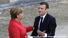 Berlin, Merkel and Emmanuel Macron (picture-alliance/AP Photo/M. Schreiber)