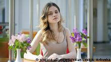 Beautiful young blonde woman sitting in the cafe | Verwendung weltweit, Keine Weitergabe an Wiederverkäufer.