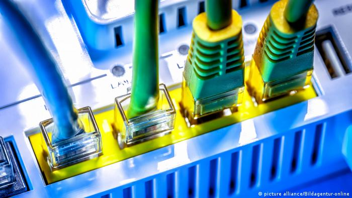 Символическая картинка: провода в роутере