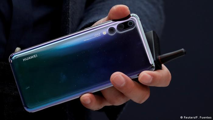 Huawei P20 smartphone (Reuters/F. Fuentes)