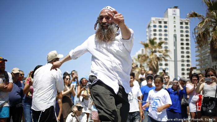 Israeli dancing (picture-alliance/AP Photo/A. Schalit)