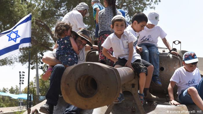 Israeli children on top of tank on Ammunition Hill (picture-alliance/D. Hill)