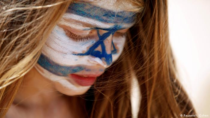 Girl with Israeli flag painted on her face (Reuters/A. Cohen)
