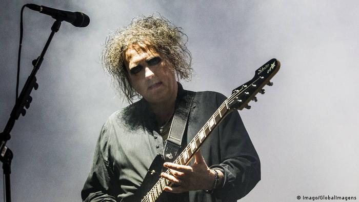 Robert Smith playing guitar (Imago/GlobalImagens)