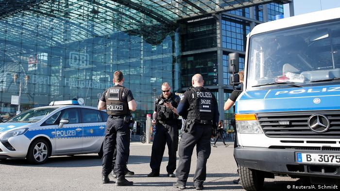 Poice officers outside Berlin's main station (Reuters/A. Schmidt)