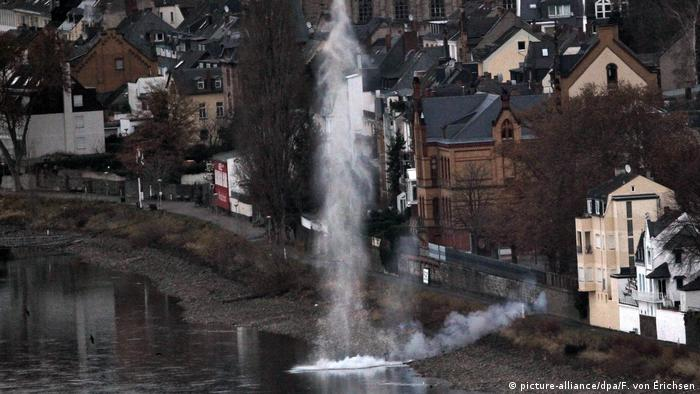 Detonación de una bomba vista desde el aire en Coblenza.
