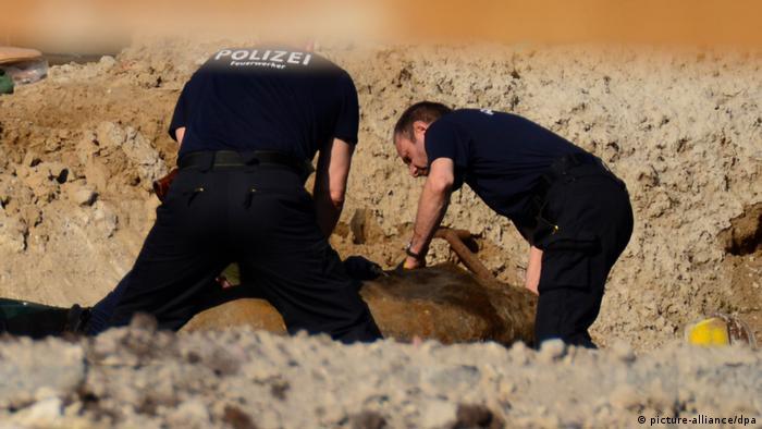 Dos especialistas de la Policía berlinesa desactivan una bomba.