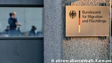 Asylbewerber befinden sich am 03.07.2014 in Nürnberg (Bayern) auf dem Gelände des Bundesamtes für Migration und Flüchtlinge (BAMF) sowie auf dem Portal (r). Rund 80 Asylbewerber sind am Donnerstagabend auf das Gelände des BAMF vorgedrungen. Nach einer vom Flüchtlingsrat Bayern verbreiteten Erklärung fordern sie die Anerkennung ihrer Asylanträge. Die Flüchtlinge verlangten zugleich ein Gespräch mit dem Präsidenten des Bundesamtes. Wenn sie keine Antwort bekämen, würden sie am 04.07. in der Früh in den Hungerstreik treten. Foto: Daniel Karmann/dpa | Verwendung weltweit