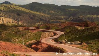 Ένας σύγχρονος δρόμος που ακολουθεί τα ίχνη του ιστορικού δρόμου του μεταξιού στην κινεζική επαρχία Γκανσού