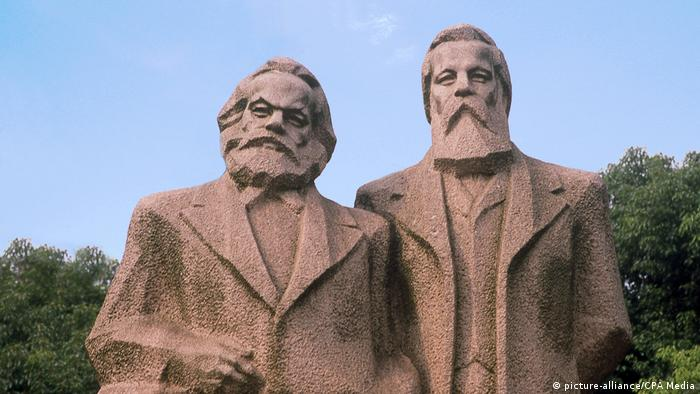 Dupla estátua de Marx e Engels em parque em Xangai, China
