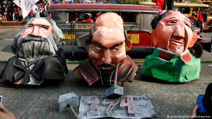 A figure made out of Paper maché in the Philippines shows Marx beside Lenin und Tse-tung. (picture-alliance/Zumapress)