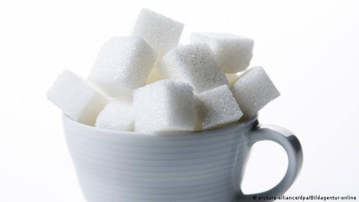 sugar cubes in a cup (picture-alliance/dpa/Bildagentur-online)