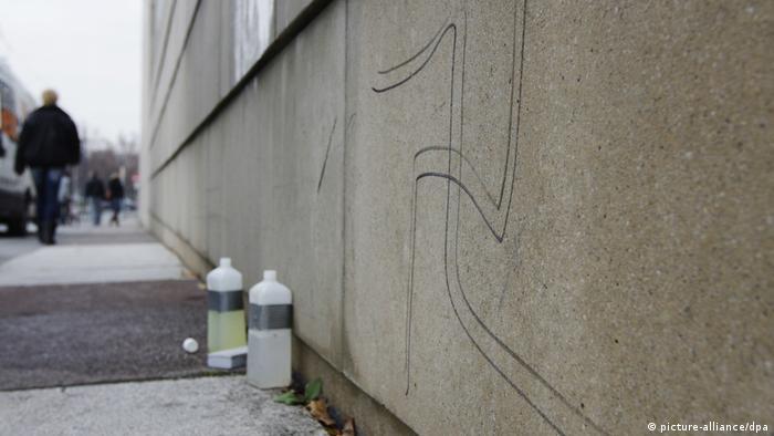 Suástica em muro de sinagoga em Dresden: crimes contra judeus cresceram no país