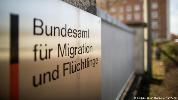 A picture of the refugee agency's sign (picture-alliance/dpa/D. Karmann)