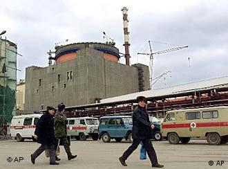 Arbeiter gehen auf dem Gelände des Atomkraftwerks nahe Wolgodonsk. Es war das erste AKW, das nach der Sowjetzeit 2001 fertiggestellt wurde. (Foto: AP)